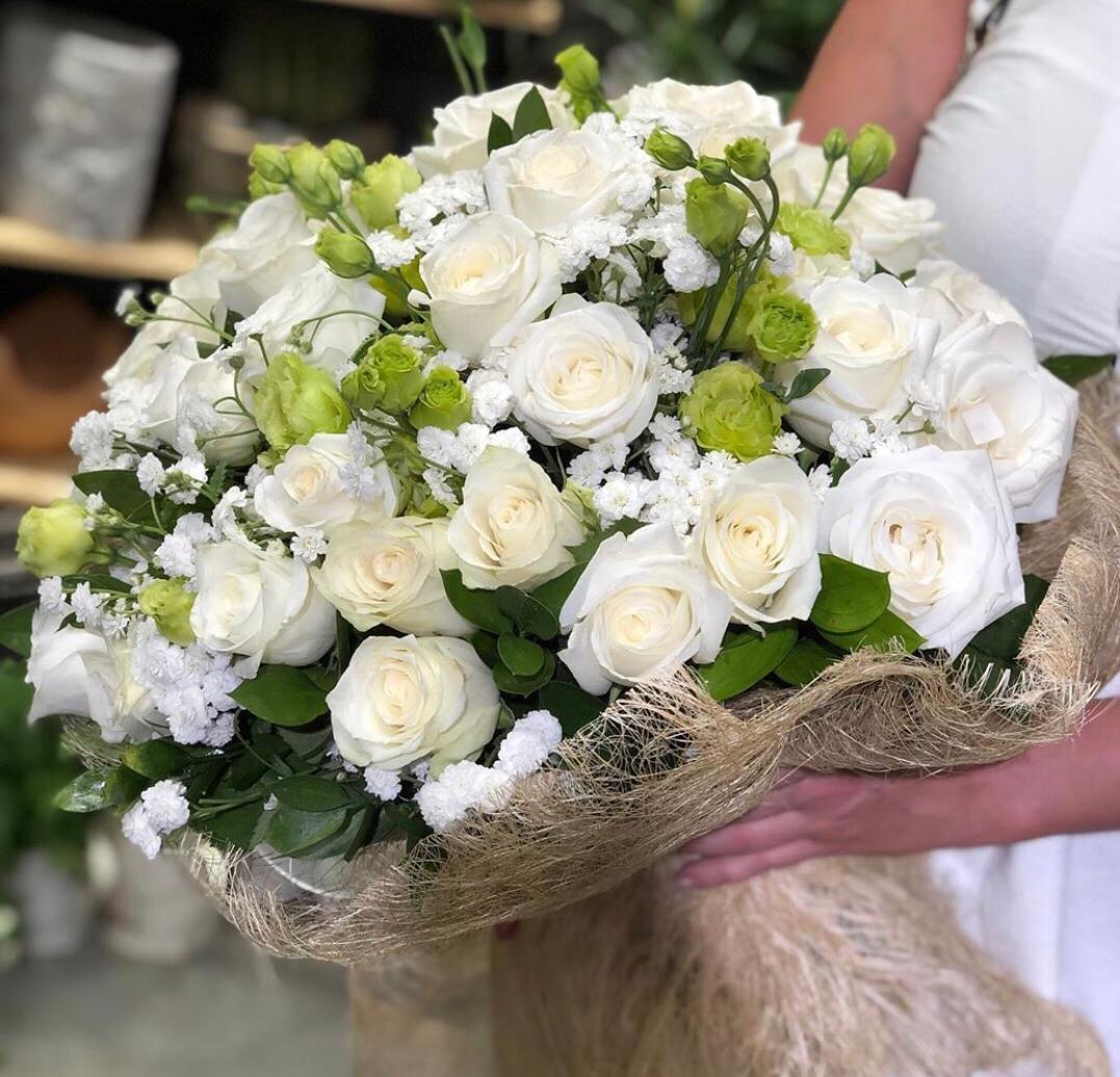 Beyaz Gül ve Mevsim Çiçeklerinden Buket