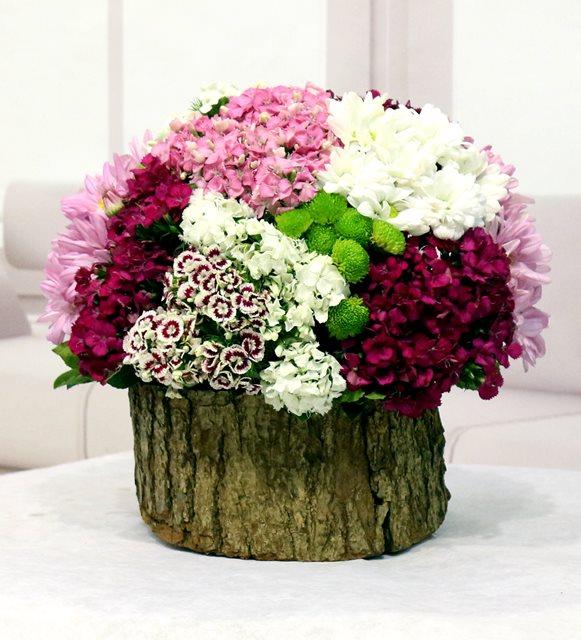 Dekoratif Kütükte Mevsim Çiçekleri
